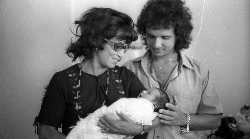 Roberto Carlos con su madre, quien carga al hijo del cantante